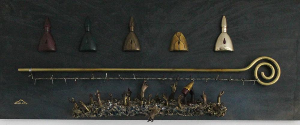 Munà (Claudio Monti) Maledetta accoglienza .installazione di terracotta su lastra metallica 70x30 cm